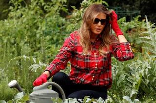 Melania Trump in versione contadina: la First Lady si prende cura dell'orto come Michelle