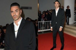 Addio catene e t-shirt da rapper: Marracash elegantissimo sul red carpet di Venezia