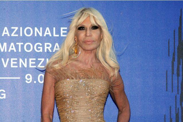 Piume e capelli al vento: Donatella Versace sfida così il ...