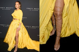 Rihanna lancia Fenty Beauty: l'abito giallo rivela le gambe strizzate nei sandali dorati