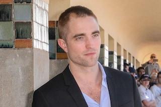 Robert Pattinson cambia look: l'attore sceglie i capelli rasati