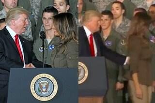 Caccia Melania Trump dal palco con una spinta: il gesto di Donald fa il giro del web