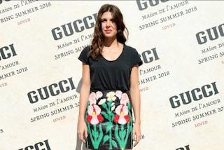 Addio abiti principeschi: a Milano Charlotte Casiraghi indossa maglietta e gonna in pelle