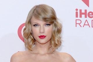 Taylor Swift in versione damigella d'onore: sceglie il borgogna per le nozze dell'amica