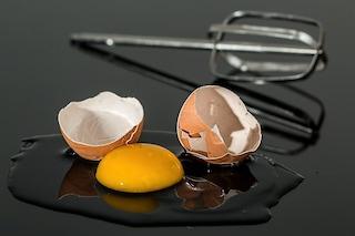 Pollo, fagioli e uova: gli alimenti da non mangiare crudi