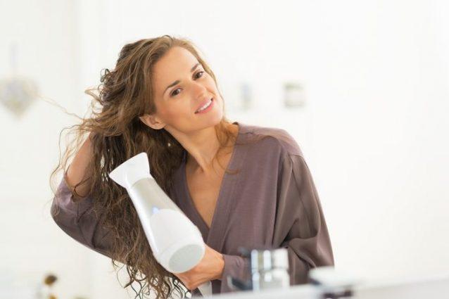 Come asciugare i capelli ricci  metodi e consigli per averli ... df7c3c5d5832