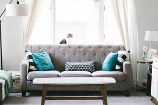 Come pulire i divani: i rimedi più efficaci per prendersene cura ed eliminare le macchie