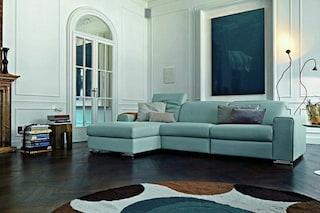 Come pulire un divano in pelle colorata: i consigli per curarlo proteggendone il colore