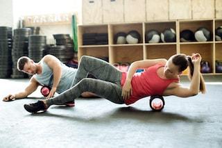 Foam roller: cos'è, benefici e gli esercizi da svolgere anche a casa