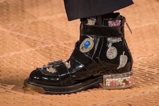 Scarpe come scrigni: perle e fiori nel tacco sulla passerella di Alexander McQueen