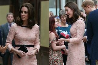 Kate Middleton incinta: l'abito rosa rivela il pancino per la prima volta