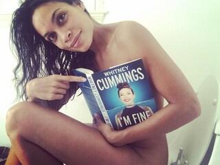 Nuda sul water: Rosario Dawson condivide il momento intimo