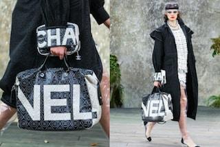 Logo spezzato e scarpe di plastica: provocazioni in passerella da Chanel