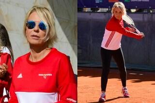 Dai tacchi alla tuta: sul campo da tennis Maria De Filippi sfoggia il look sportivo