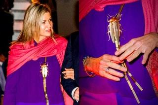 L'originale look di Maxima d'Olanda: la regina indossa il pendente a forma di scarafaggio