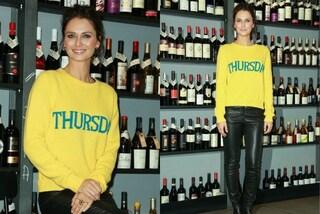 Anche Anna Safroncik non resiste alla moda del maglioncino con i giorni della settimana