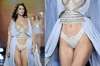 Bella Hadid come una dea (con slip sgambati anni '90) al Victoria's Secret Fashion Show