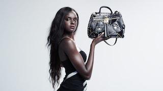 Moschino presenta la B-Pocket, la nuova it-bag disegnata da Jeremy Scott