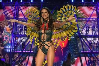 Alessandra Ambrosio, addio alle passerelle: stop sfilate per l'angelo di Victoria's Secret