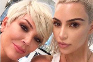 Kim Kardashian e la mamma come sorelle: auguri (in biondo) per i 62 anni