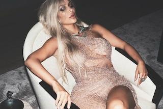Abito luccicante e capelli spettinati: Kim Kardashian è sexy anche quando si riposa