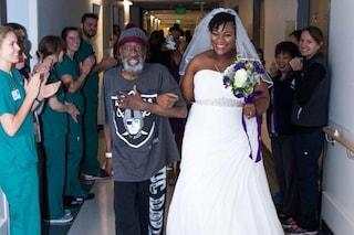Si sposa in ospedale, così il padre in fin di vita ha potuto accompagnarla all'altare