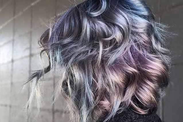 Metal mania: per il 2018 anche i capelli si tingono di colori metallici