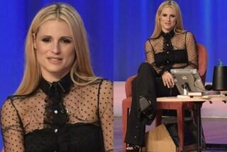 """Michelle Hunziker osa al """"Maurizio Costanzo Show"""": la camicia trasparente è rivelatrice"""