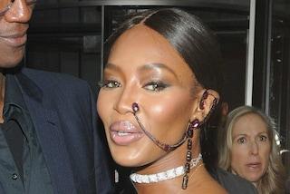 L'orecchino tribale che parte dall'orecchio e arriva al naso: Naomi lancia la nuova moda