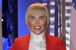 Frangetta e zigomi sempre più gonfi: la trasformazione del Ken umano