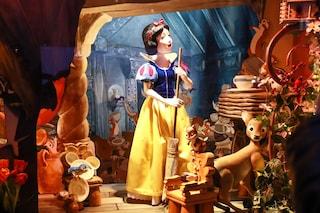 Lo spettacolo del Natale a New York, Saks dedica le vetrine a Biancaneve