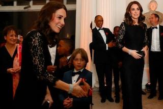 Kate Middleton in pizzo nero: il suo pancino è sempre più evidente
