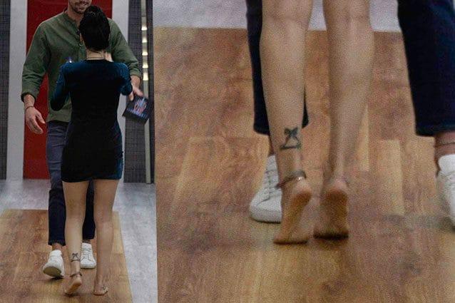 Il tatuaggio dietro la caviglia sinistra
