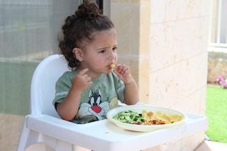 """Vostro figlio è """"schizzinoso"""" a tavola? 5 trucchi per fargli mangiare anche cibi salutari"""