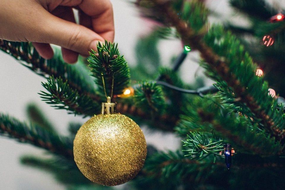 Decorazioni Sala Natale : Come decorare lalbero di natale: 10 idee e le regole per addobbarlo