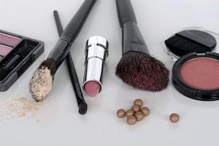 Macchie di trucco: 6 consigli per eliminare fondotinta, rossetto e mascara dai vestiti