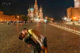 """Baci """"a casqué"""" in ogni parte del mondo: l'idea della coppia diventa virale"""