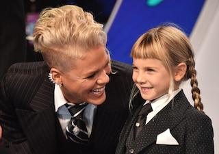 """""""Voglio educare mia figlia senza genere"""": Pink veste Willow sia da maschio che da femmina"""