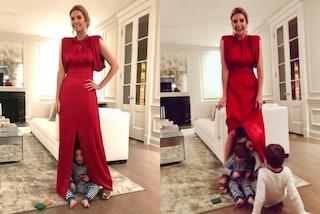 Ivanka Trump in rosso per la serata di gala, i figli giocano a nascondino con la sua gonna