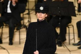 Cappello da capitano e maxi pull: Kaia Gerber incanta alla sfilata Métiers d'Art di Chanel