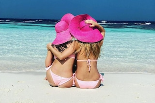Michelle e Aurora in rosa sulla spiaggia delle Maldive: le foto del viaggio mamma-figlia