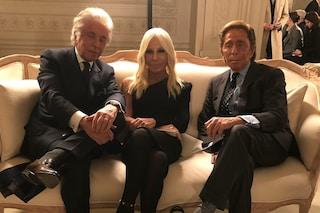 Donatella Versace stilista rivoluzionaria: in prima fila alla sfilata di Valentino