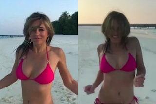 Elizabeth Hurley in bikini in inverno: a 52 anni è più sexy che mai