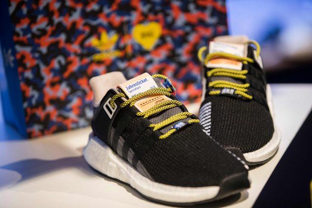 Le scarpe diventano un biglietto per la metro  il modello Adidas è ... bb9668e5c3d