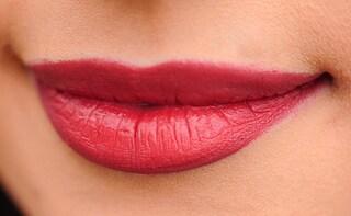 """Fa il tatuaggio alle labbra, il contorno della bocca diventa verde: """"Sembro un pagliaccio"""""""