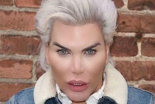 Il Ken umano come una coniglietta di Playboy per sostenere la fluidità di genere