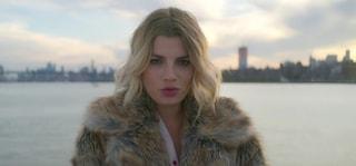 Emma Marrone con la pelliccia nel nuovo video, i fan insorgono ma il capo è ecologico
