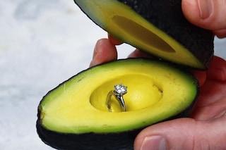 Anello di fidanzamento nell'avocado: l'originale proposta di nozze che spopola sui social