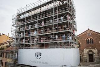 Sfilata sulle impalcature a Milano: l'inconsueto show di Chiara Ferragni