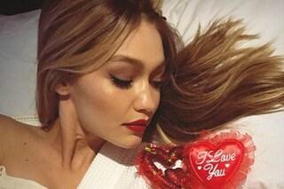 Sola in accappatoio, così Gigi Hadid festeggia San Valentino